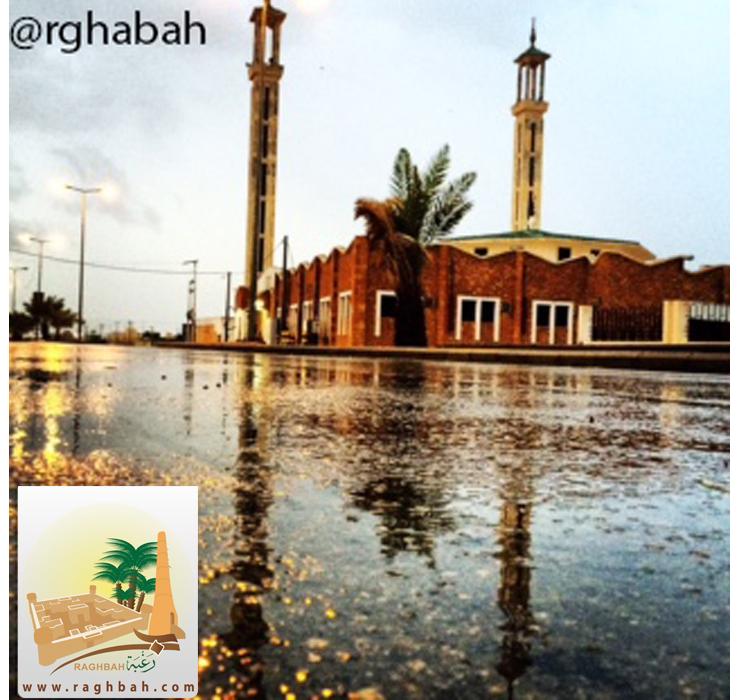 صورة المسجد الجامع ببلدة رغبة أثناء هطول الأمطار عام 1435هـ